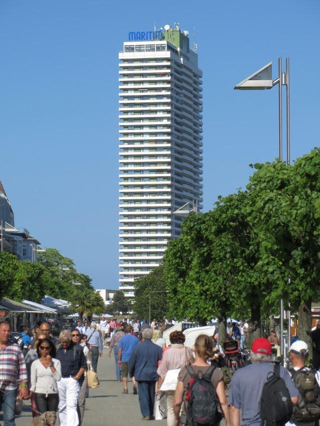 Ist das Hochhaus scheußlich oder schön? Warum kommen trotzdem Menschen nach Travemünde? (foto: zoom)