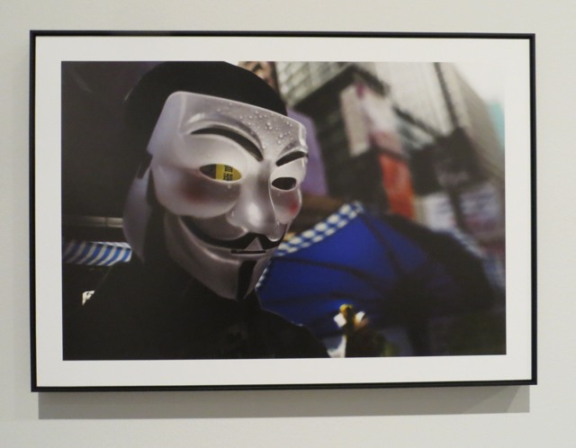 Die Fotoarbeiten reichen von privat bis offen politisch. Die Maske ist auch außerhalb von Hongkong bekannt, oder?