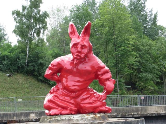 Dieser Hase, der auch ein Teufel zu sein scheint, steht auf einem alten Zechenbauwerk. (fotos: zoom)