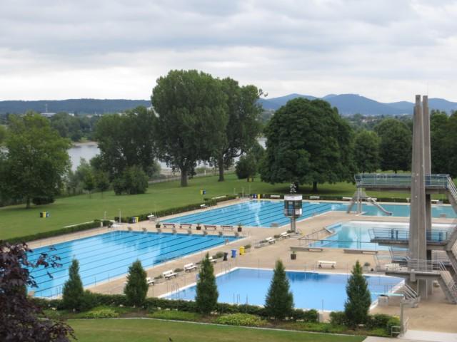 Fast schöner als unser Freibad in Siedlinghausen - das Bonner Römerbad. Links der Rhein.
