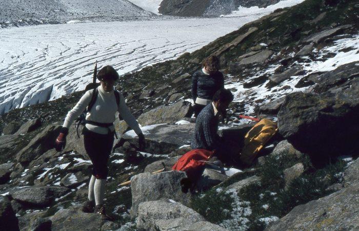 Schlatenkees in den Hohen Tauern (Venedigergruppe). 1980 führte der Weg zur Alten- und Neuen Pragerhütte noch direkt an diesem Gletscher entlang, wie auf dem Foto zu sehen ist. Mittlerweile sind Ausdehnung und Eisvolumen stark geschrumpft. (alle fotos, falls nicht anders genannt: karl-josef knoppik)