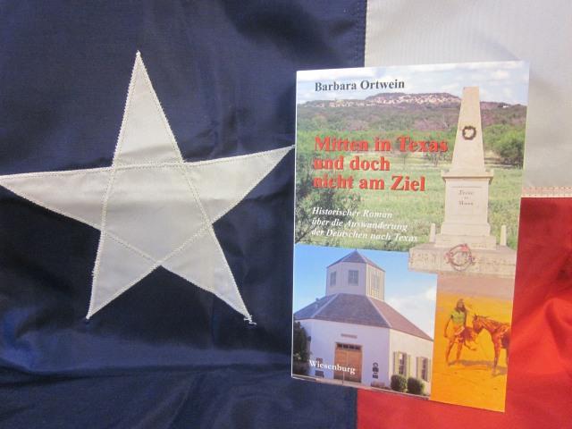 """Die Fahne des """"Lone Star State"""" mit Buch. (fotos: kump)"""