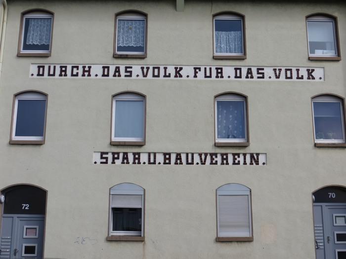 """Am Straßenrand in Kassel lauert das """"Volk"""", sehr viel """"Volk"""". (f. oto: zoom)"""