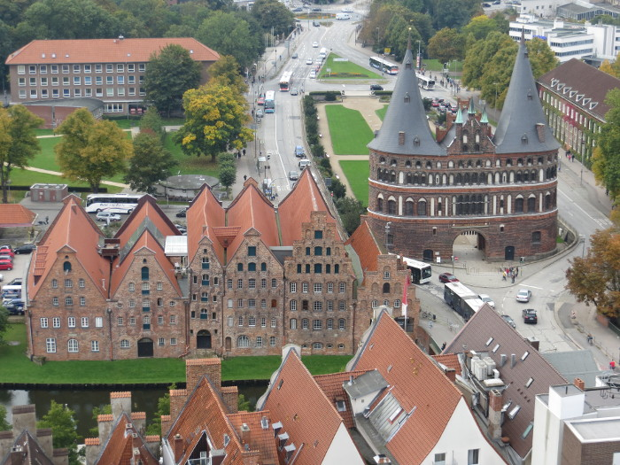 Das Holstentor in Lübeck vom Turmm der St. Petri Kirche (foto: zoom)
