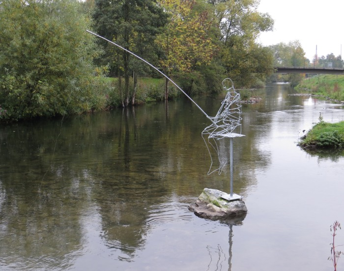 Kunst im Draht. Angler in der Ruhr am Zufluss der Henne. (foto: zoom)