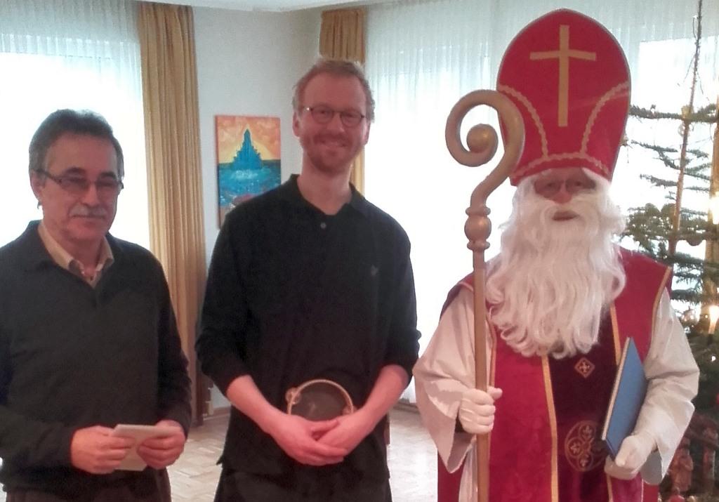 Von links: Volker Knappe, 1. Vorsitzender der AWO Brilon, David Schwanke, Erzieher im AWO - Waldkinderkarten Brilon und der Nikolaus (foto: awo)