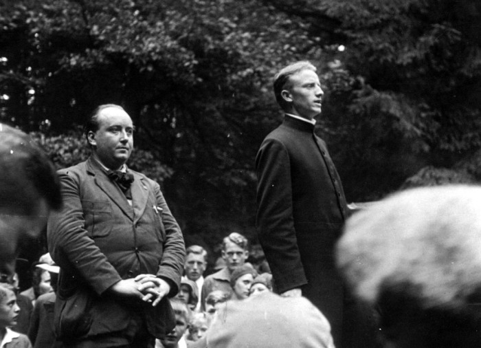 Friedenstreffen 1931 auf dem Borberg zwischen Olsberg und Brilon, unter jungen Christen Franz Stock und links sein französischer Freund Joseph Folliet (Gefährten des hl. Franziskus). – Bildquelle: Franz Stock Komitee für Deutschland e.V.