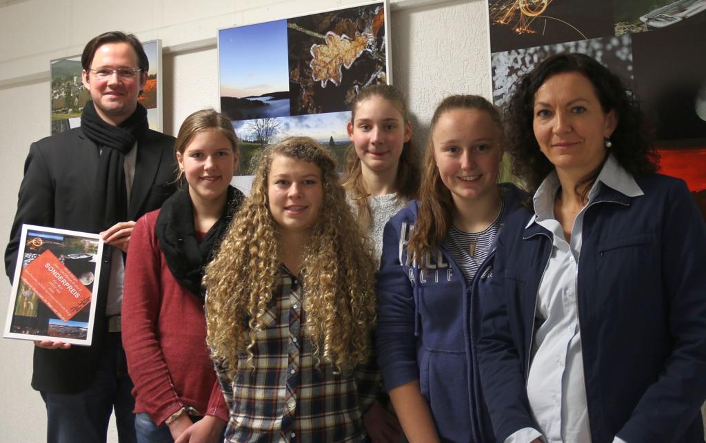 Dirk Wiese mit (von links) Henrike Mause, Linda Biene, Lilith Hegel, Anna Bremrich und Kunstlehrerin Senta Irle.