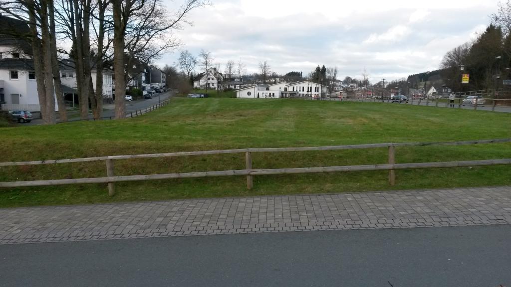 Die Grüne Wiese zwischen EDEKA-Parkplatz im Rücken des Fotografen und der Caritas-Einrichtung vorn. (foto: zoom)