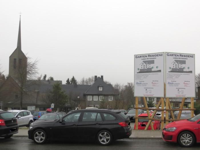 Am Alten Garten, Ecke im Hohlen Seifen befindet sich heute ein Parkplatz. Im Hingergrund die evangelische Kirche.(foto: zoom)