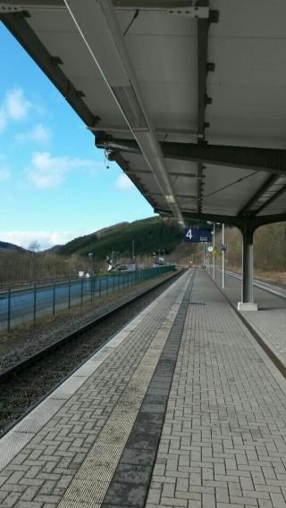 Olsberg Bhf: Warten auf den Zug nach Kassel. (foto: zoom)