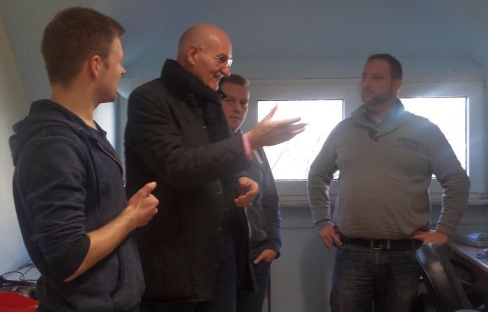 Bürgermeister Brodel besichtigt die Projekte der Mitglieder, von links: Daniel Wagner, Ralph Brodel, Sebastian Michel, Dirk Emmrich. (fotos: hackerspace)