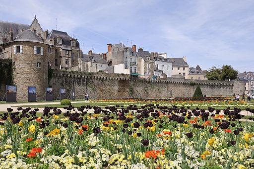 Photo: Myrabella / Les remparts de Vannes (Morbihan, France), de la tour Poudrière à la tour Joliette, durant le festival Photo de Mer au printemps 2010. (Wikimedia Commons, via Wikimedia Commons)