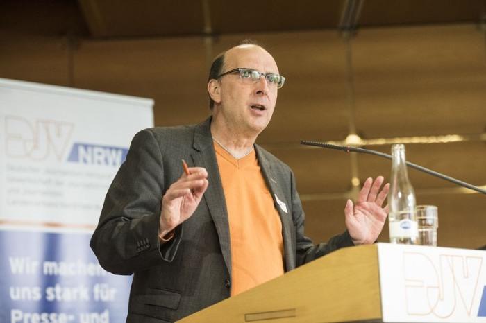 Landesvorsitzender Frank Stach bei seiner Eröffnungsrede im Handwerkskammer Bildungszentrum (HBZ) in Münster. Foto: DJV-NRW/Arne Pöhnert
