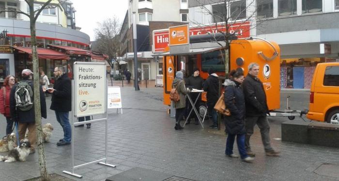 Am Dienstag übertragen die Piraten die Fraktionssitzung live auf dem Marktplatz in Neheim vor dem Dom. (foto: piraten)