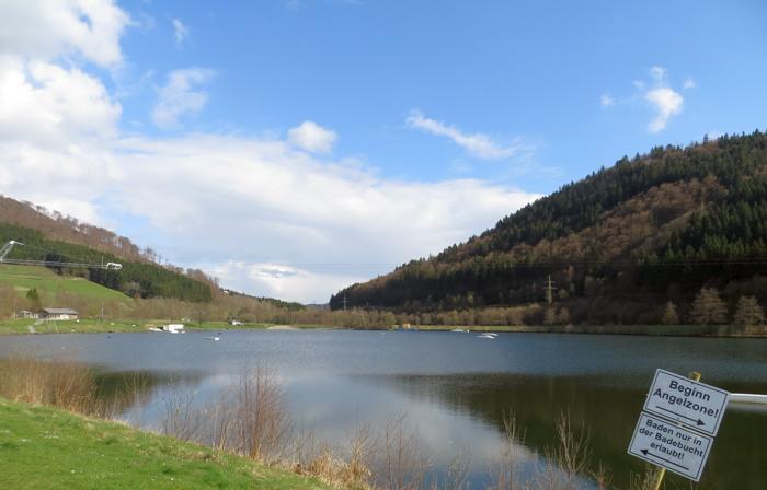 Alles ruhig am Hillebachsee in Niedersfeld. Die Wakeboard- und Wasserskisaison soll am 30. April starten. (foto: zoom)