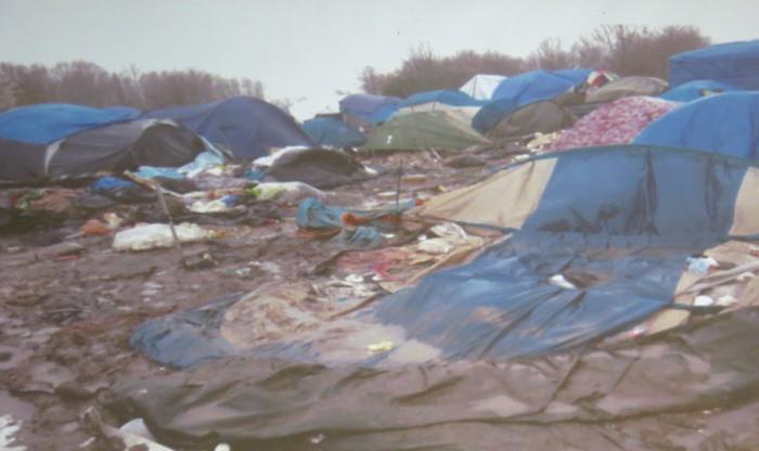 Menschen im Schlamm. Durchnässte Zelte, verfaulte Matrazen, 20 Dixie-Klos für Tausende.