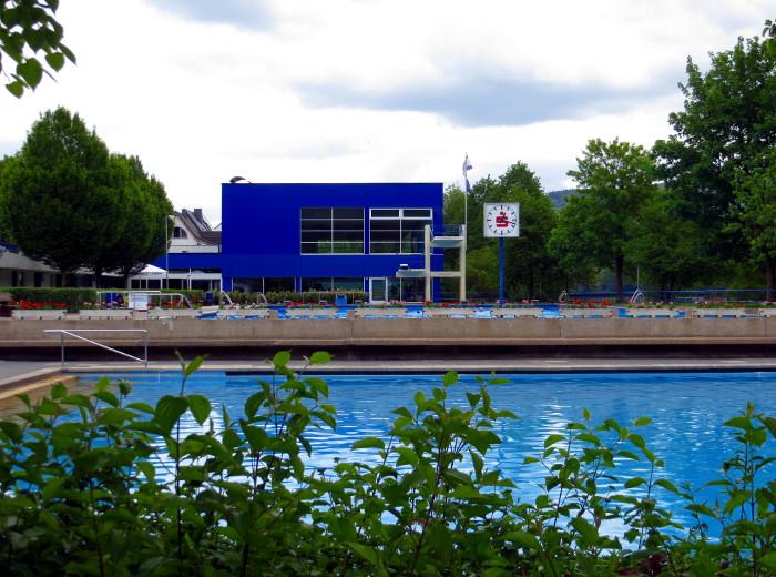 Das Freibad Meschede an der Ruhr. Blick auf das Nichtschwimmerbecken. Wegen der Perspektive ist das 50-m-Becken durch die Mauer verdeckt. (foto: zoom)
