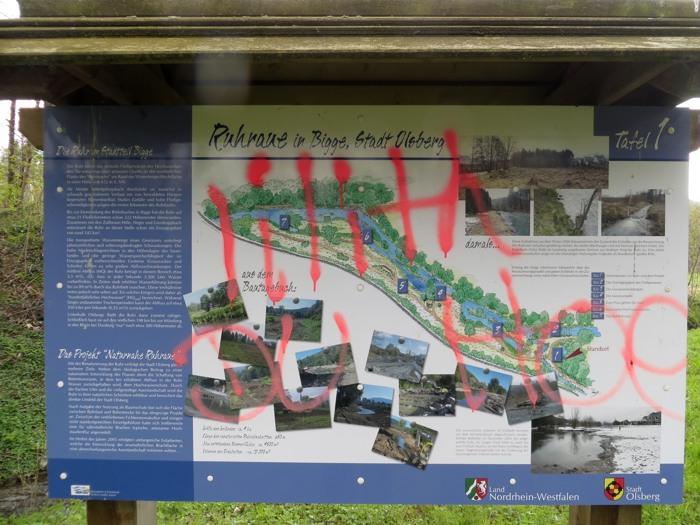 Da werde ich zum Spießer. Informationstafeln an der Ruhraue besprayen: Gefällt mir nicht! (foto: zoom)