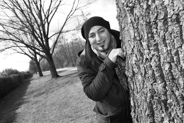 """Bahri Veysel Haciimamoglu, 40 Bahri ist gebürtiger Lohberger. Für seinen Stadtteil setzt er sich schon seit Jahren ein, etwa im evangelischen Jugendhaus oder im Vorstand der SPD Nord. Inzwischen arbeitet er als Pädagoge. Die Zeit für soziales Engagement ist knapp geworden, seitdem er einen kleinen Sohn hat. Wunsch: """"Ich wünsche mir Gesundheit für jeden Menschen und das Lohberg aus dem Salafistenfokus heraus kommt."""" Fotografiert von Martin Büttner"""
