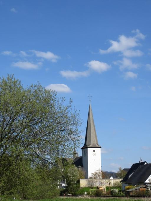 Bestes Wetter heute: die Bigger Kirche von der Ruhraue aus gesehen.