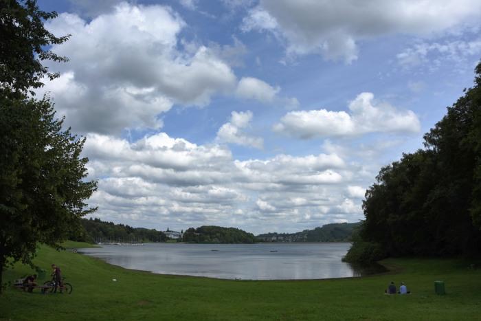 Auf der Liegewiese der Berghauser Badebucht am Hennesee sah es heute recht übersichtlich aus. (foto: zoom)