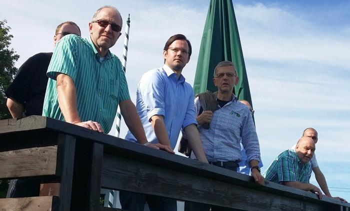 Von links: Peter Newiger (Landtagskandidat), Dirk Wiese MdB, Meinolf Pape (GF Postwiesenliftgesellschaft), Heinz Dickel (Vorsitzender Schützenverein) verdeckt Klaus Homrighausen (Orstsvorsteher), Sascha Hahn (Löschgruppenführer) im Hintergrund: Torben Firley (Vorsitzender SPD Kahler Asten) (foto: spd)