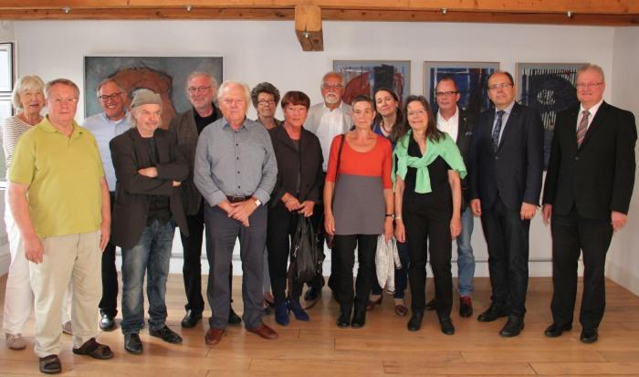 13 Künstler des Hagenrings mit Bürgermeister Michael Kronauge und Andreas Mause von der Sparkasse Hochsauerland.