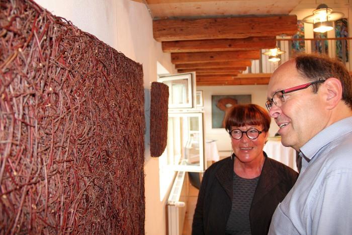 """Gabriele Schulz aus Schmallenberg erklärt ihre Werke """"Quadrate"""" Dafür hat sie Birkenreisig übereinandergelegt und miteinander verwoben."""