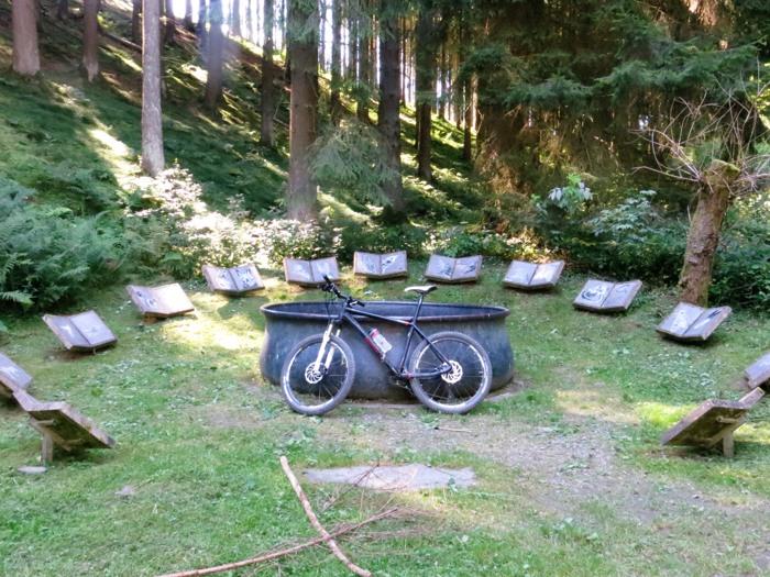 Mit dem MTB ginge es zwar schneller zur Schwedenhütte, aber Wandern ist auch nicht schlecht. Hier der Hexenplatz in der Nähe von Schanze. (foto: zoom)