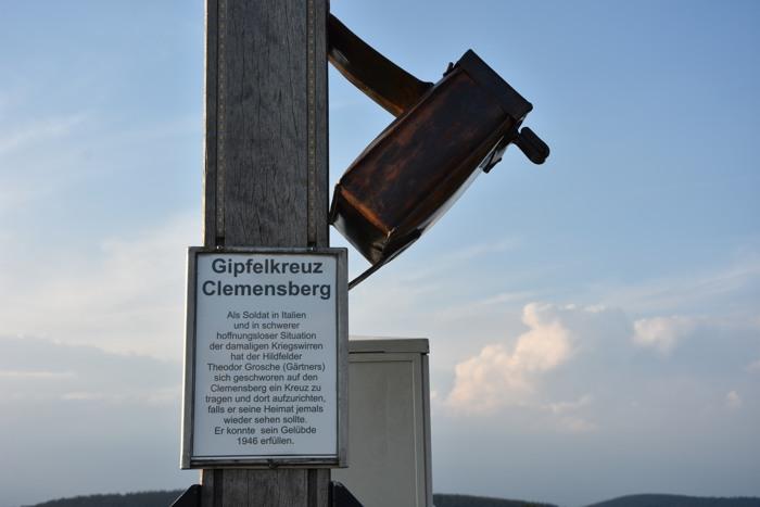 """Das Gipfelkreuz mit Gipfelbuch: """"Kriegswirren""""? (foto: zoom)"""