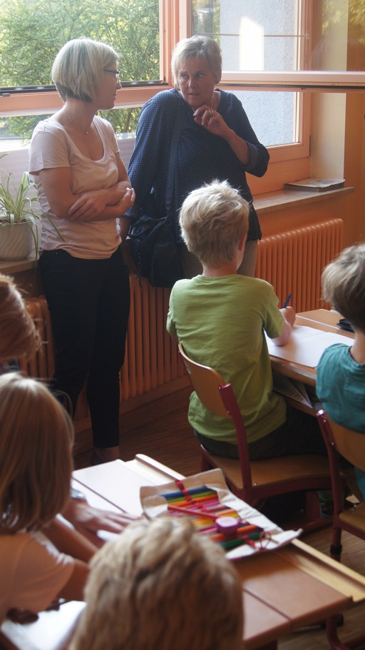 Monika Pieper (rechts) und Ruth Klauck (links) besuchen den Unterricht in Klasse drei. (foto: piraten)