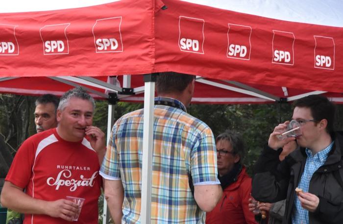 Waldgespräche mit Wurst und Käse unter dem SPD-Baldachin.