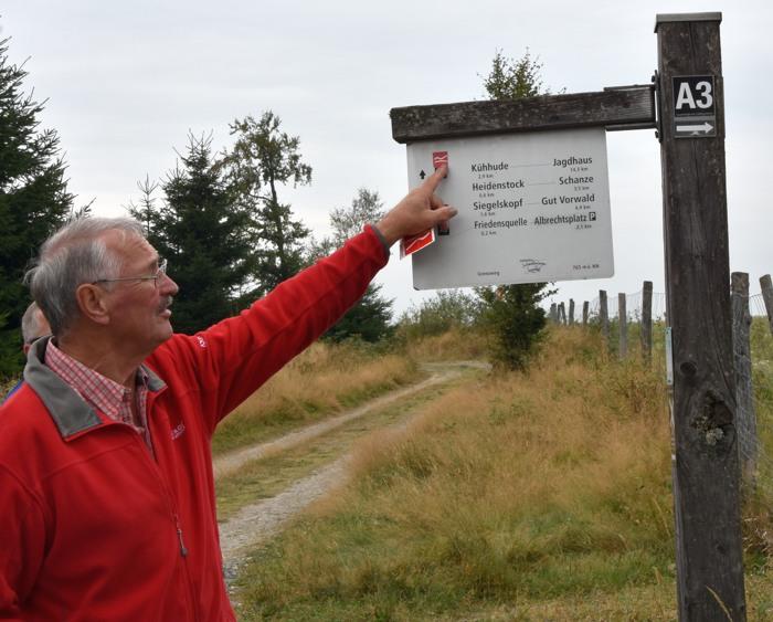 So funktionieren die Wegmarkierungen. SGV-Wanderführer Ernst Grimberg kennt sich aus.