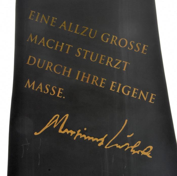 Inschrift an einer der Skulpturen auf dem Waldskulpturenweg.