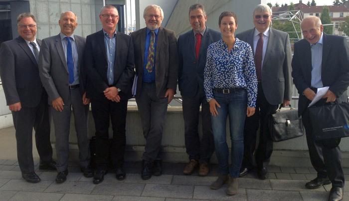Grupppenbild mit Dame. Die SPD-Fraktion bei der Regionalratssitzung Ende September in Lüdenscheid. (foto: spd)
