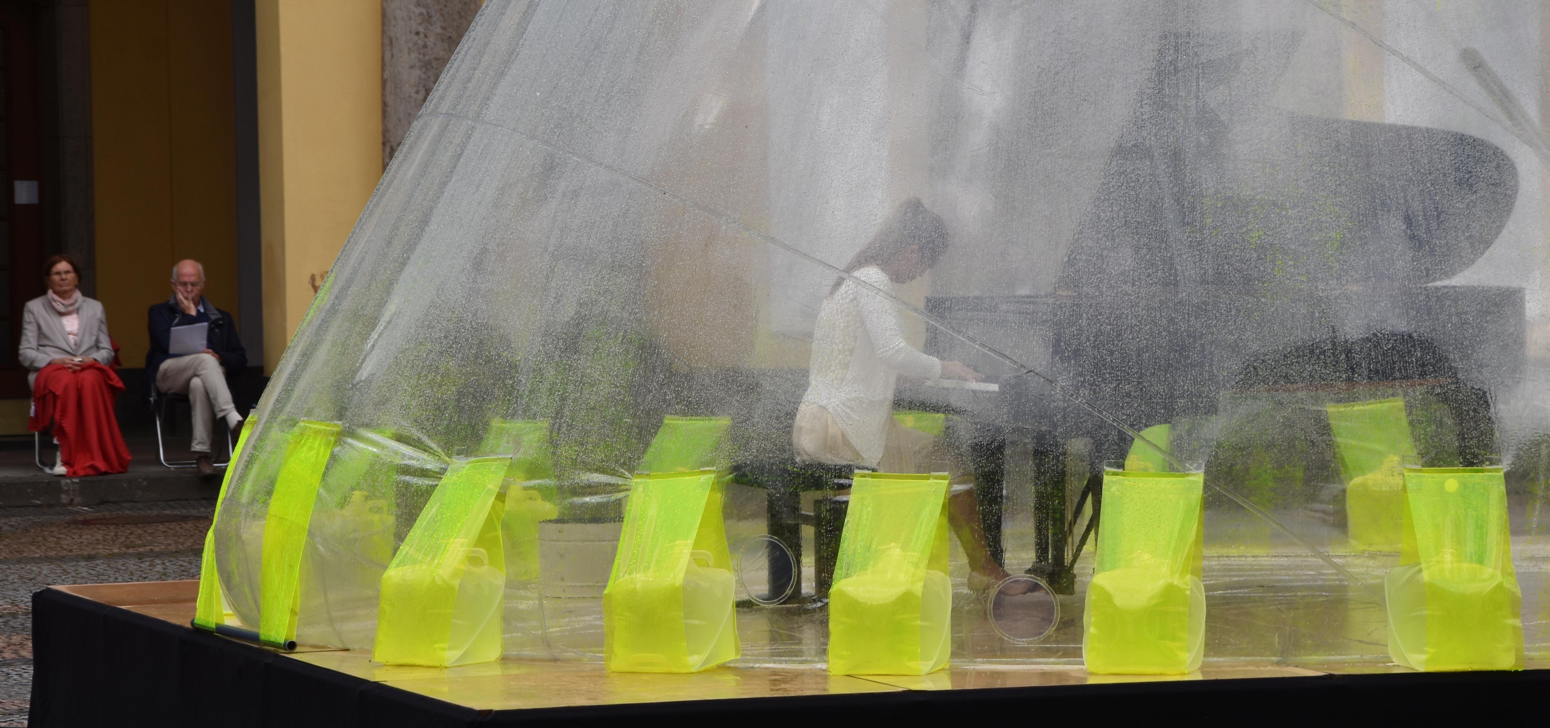 Die Pianistin Hayoung Kim allein mit Robert Schumann und Sergei Prokofjew unter der transparenten Membran des Volume Gonflable von Hans-Walter Müller.