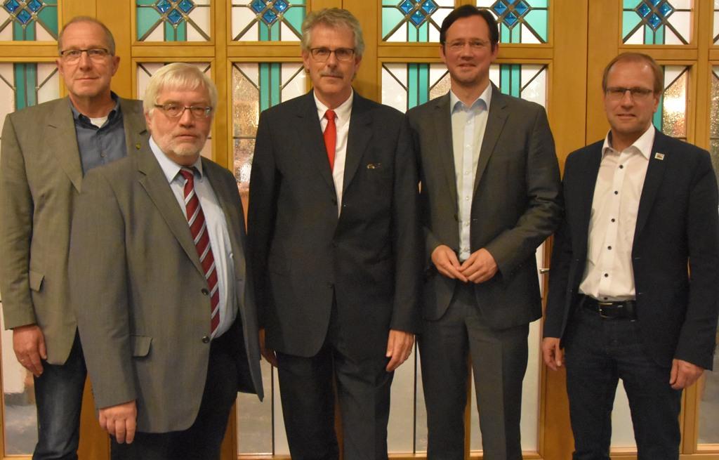 Gruppenbild am Schluss der Veranstaltung: v. l. Peter Newiger (Landtagskandidat im NRW-Wahlkreis 125), Rudolf Przygoda (Diplom Finanzwirt), Manfred Zöllmer MdB, Dirk Wiese MdB, Christof Bartsch (Bürgermeister Brilon) (foto: zoom)