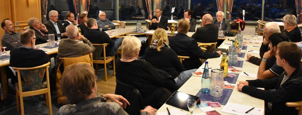 Mehr als 20 ZuhörerInnen und DiskutantInnen folgten den Vorträgen im Panoramaraum des SoVD Hauses am Kurpark.