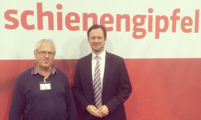 Wilfried Schiwek von den Eisenbahnfreunden der Oberen Ruhrtalbahn und Dirk Wiese (MdB) in Berlin. (foto: spd)