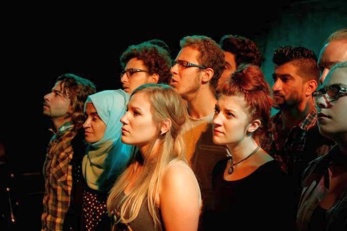 Utopia Ein biographisch-dokumentarisches Theaterprojekt mit einer interkulturellen Gruppe junger Erwachsener (foto: jürgen bechtloff)