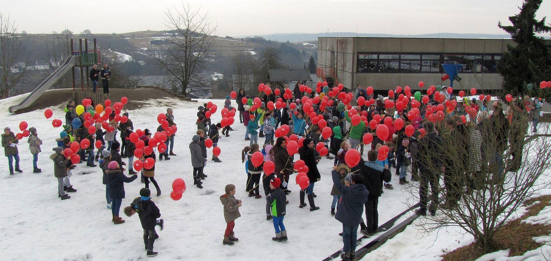 Der Abschluss: Start des Luftballonwettbewerbs mit der Teilnahme aller 186 Schülerinnen und Schüler.