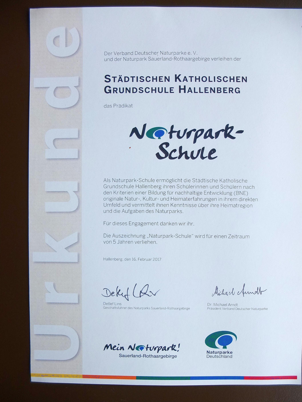 Die Urkunde, welche die Grundschule Hallenberg für die kommenden fünf Jahre auch offiziell als Naturparkschule ausweist.