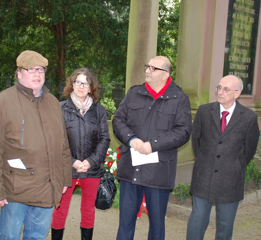 Sozialdemokraten aus dem Sauerland gedenken Carl Wilhelm Tölckes. Von links nach rechts: Karl Arnold Reinartz, Margit Hieronymus, Volkan Balkan, Armin Jahl (foto: spd)